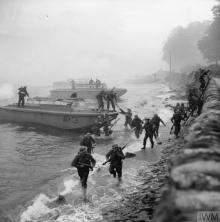 THE BRITISH ARMY IN THE UNITED KINGDOM 1939-45 (H 14596) Troops exit landing craft and scale a wall on the shore of Loch Fyne during combined operations training in the presence of the King at Inverary in Scotland, 9 October 1941. Copyright: © IWM. Original Source: http://www.iwm.org.uk/collections/item/object/205197747